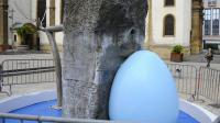 Photo prise le 28 juillet 2014, à Hayange, d'une fontaine sculptée par l'artiste Alain Mila et repeinte en bleu par la nouvelle municipalité FN [Jean-Christophe Verhaegen / AFP]