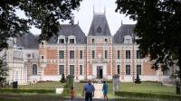 Des personnes devant le château de Clermont, le 31 juillet 2014 au Cellier, près de Nantes [Jean-Sébastien Evrard / AFP]