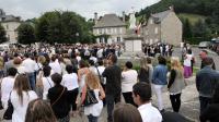 Une marche silencieuse pour rendre hommage à la famille disparue dans le crash de l'avion  d'Air Algérie, au Mali le 24 juillet, s'est déroulée à Menet dans le Cantal le 1er août 2014 [Thierry Zoccolan / AFP]