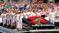 La Gay Pride, sur les canaux d'Amsterdam, rend hommage aux victimes du crash de l'avion de la Malaysian Airlines, le 2 août 2014 [BAS CZERWINSKI / ANP/AFP]