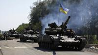Une colonne de blindés ukrainiens à Debaltseve, dans la région de Donetsk, le 3 août 2014 [Anatolii Stepanov / AFP]