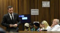 Le champion paralympique sud-africain Oscar Pistorius (G), le 8 août 2014 au tribunal de Pretoria [Herman Verwey / Pool/AFP]