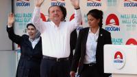 Le Premier ministre turc Recep Tayyip Erdogan lors d'un meeting électoral à Ankara, le 8 août 2014, avec son épouse Emine, à gauche [Adem Altan / AFP]