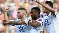 L'attaquant lyonnais Alexandre Lacazette (c) félicité par ses partenaires Jordan Ferri(g) et Corentin Tolisso (d) après son penalty inscrit contre Rennes, lors de la 1ère journée de Ligue 1, au stade Gerland, à Lyon [Philippe Desmazes / AFP]
