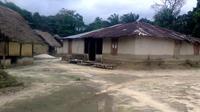 """La peur d'Ebola a transformé Ballajah au Liberia en village fantôme, au silence entrecoupé des gémissements de Fatu Sherrif, 12 ans, cloîtrée une semaine avec le corps de sa mère, """"sans nourriture ni eau"""", avant de mourir à son tour. Photo du 11 aout 2014 [- / AFP]"""