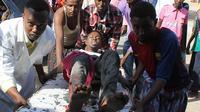 Un blessé est évacué vers un hôpital à Mogadiscio le 15 août 2014, après des combats  entre des forces du gouvernement et de l'UA contre une milice locale [Abdulfitah Hashi Nor / AFP/Archives]