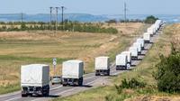 Un convoi russe de camions humanitaires s'approche du point de passage à la frontière avec l'Ukraine, le 17 août 2014 [Dmitry Serebryakov / AFP]