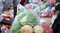 """Vente de fruits et légumes """"à prix coûtant""""  place de la Bastille à Paris, le 21 août 2014 [Eric Piermont / AFP]"""