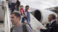 Des réfugiés irakiens chrétiens à leur arrivée à Paris le 21 aout 2014, accueillis par le ministre des Affaires étrangères Laurent Fabius [Joel Saget / AFP]