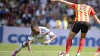 L'attaquant de l'OL Alexandre Lacazette (g) tombe devant le défenseur de Lens Alaeddine Yahia, lors de la 3e journée de L1, le 24 août 2014 au stade de Gerland [Romain Lafabrègue / AFP]
