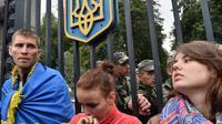 Manifestation devant le portail du ministère de la Défense ukrainien le 28 aout 2014 pour demander de l'aide destinée aux bataillons de volontaires encerclés par des militants prorusses près de la petite ville de Izvaryne située à côté de Donetsk [Sergei Supinsky / AFP]