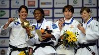 La judokate française Clarisse Agbegnenou (2e à gauche), entourée de ses dauphines, pose avec sa coupe sur le podium de la catégorie des -63kg aux Mondiaux de Tcheliabinsk, en Russie, le 28 août 2014 [Vasily Maximov / AFP]