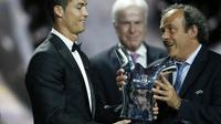 La star du Real Madrid Cristiano Ronaldo (g) reçoit des mains du président de l'UEFA Michel Platini son trophée de meilleur joueur de l'année 2013-2014, le 28 août 2014 à Monaco [ / AFP]