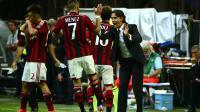 Le tout nouveau coach de l'AC Milan Filippo Inzaghi (d) félicite Jérémy Menez (N.7), buteur contre la Lazio Rome, le 31 août 2014 à San Siro [ / AFP]