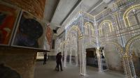 """Un spectateur dans le pavillon """"Monditalia"""" à la Biennale d'architecture de Venise, le 5 juin 2014 [Vincenzo Pinto / AFP]"""