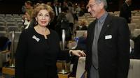 Photo d'archives du 18 mars 2014 montrant la ministre de l'Intégration israélienne Sofa Landver (g) parlant avec un membre de la communauté juive française en Israël  [GALI TIBBON / AFP/Archives]