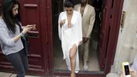 La vedette de téléréalité Kim Kardashian (c) et le rappeur américain Kanye West (d) quittent leur résidence à Paris le 23 mai 2014 [Kenzo Tribouillard / AFP]