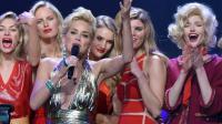 Sharon Stone entourée de Jessica Hart, Karolina Kurkova, Rosie Huntington-Whiteley, Maryna Linchuk et Soo Joo Park lors du gala de l'amfAR, le 22 mai 2014 au Cap d'Antibes [Alberto Pizzoli / AFP]