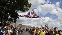 Des spectateurs sur le bord de la route pour la 2e étape du 101e Tour de France, le 6 juillet 2014 entre York et Sheffield.  [Jeff Pachoud / AFP]