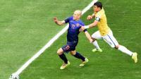 La faute du défenseur brésilien Thiago Silva sur l'attaquant néerlandais Arjen Robben, le 12 juillet 2014 à Brasilia [Evaristo Sa / AFP]