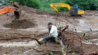 Un villageois qui a perdu 13 membres de sa famille pleure sur le site d'un glissement de terrain, à Malin, dans l'ouest de l'Inde, le 1er août 2014  [Indranil Mukherjee / AFP]