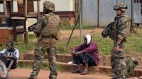 Des civils musulmans sont protégés le 26 décembre 2013 à Bangui par des soldats français, membres de l'opération Sangaris [Miguel Medina / AFP]