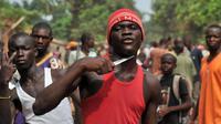Un homme appuie son couteau sur sa gorge affirmant qu'il cherche des musulmans pour les égorger, le 9 février 2014 à Bangui [Issouf Sanogo / AFP]