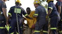 Les sauveteurs aident l'un des mineurs clandestins à sortire de la mine d'or le 16 février 2014 à Benoni [Alexander Joe / AFP]