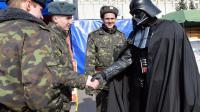 Sa candidature à la présidentielle rejetée, Dark Vador du parti UIP salue des soldats ukrainiens le 3 avril 2014 à Kiev  [Sergei Supinsky / AFP]