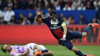 Le défenseur du Paris Saint-Germain Thiago Silva (d) lors du match de L1 contre Evian Thonon Gaillard le 23 avril 2014 à Paris [ / AFP/Archives]