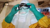 Un membre de Médecins sans frontières (MSF) se protège contre le virus Ebola dans un hôpital de Conakry, le 28 juin 2014 [Cellou Binani / AFP/Archives]