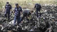 Des membres des services de secours ukrainiens à la recherche des corps des victimes du crash de l'avion malaisien, le 20 juillet 2014 près de Grabove dans la région de Donetsk [Bulent Kilic / AFP]