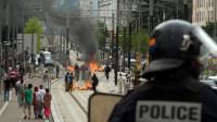 Un policier près de barricades en feu à Sarcelles le 20 juillet 2014 [Pierre Andrieu / AFP]