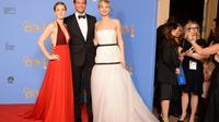 """Les acteurs Amy Adams d'""""American Bluff"""" Amy Adams (gauche), Bradley Cooper et Jennifer Lawrence, dont le film a été récompensé, posent lors de la cérémonie des Golden Globes à Beverly Hills le 12 janvier 2014 [Robyn Beck / AFP]"""