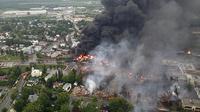 Incendies après le déraillement un train et l'explosion de wagons-citernes chargés de pétrole brut, le 6 juillet 2013 à Lac-Mégantic, une ville à 250 km à l'est de Montréal    [- / Sûreté du Quebec/AFP]