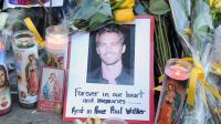 Une photo de l'acteur Paul Walker entourée de fleurs et de bougies déposées par des fans sur les lieux de l'accident qui lui a coûté la vie, le 1er décembre 2013 à Santa Clarita (Californie) [Robyn Beck / AFP/Archives]