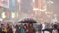 Des passants profitent de la neige à Times Square, New York, le 2 janvier 2014 [Don Emmert / AFP]