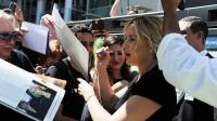 L'actrice Kate Winslet signe des autographes à Hollywood, au moment de dévoiler son étoile sur le Walk of Fame de Los Angeles, le 17 mars 2014 [Robyn Beck / AFP/Archives]