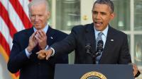 Le président américain Barack Obama, accompagné de son vice-président Joe Biden, se félicite, le 1er avril 2014 à La Maison Blanche à Washington, d'avoir dépassé son objectif de 7 millions d'Américains ayant souscrit à une couverture maladie  [Jewel Samad / AFP]
