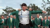 L'Américain Bubba Watson enfile le célèbre blazer vert du prestigieux Augusta National Golf Club après sa victoire dans le Masters 2014, le 13 avril [Jim Watson / AFP]