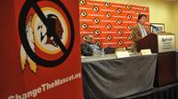 """L'élu indien de la Chambre des Représentants Ray Halbritter, s'adresse à la presse, le 30 octobre 2013 à New York, après avoir rencontré les officiels de la NFL en vue du changement du nom des Redskins (""""Peaux-Rouges"""") de Washington  [ / AFP/Archives]"""