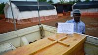 Le cercueil du docteur Modupeh Cole, mèdecin sierra-léonais, décédé le 14 août 2014 de la fièvre Ebola dans le centre de traitement  de Médecins sans frontières (MSF) à Kailahun, dans l'est du pays  [Carl de Souza / AFP]