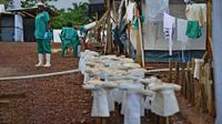 L'équipement du personnel médical dans le centre de traitement de Kailahun de MSF, au Sierra Leone, pour se protéger du virus Ebola, le 14 août 2014  [Carl de Souza / AFP]