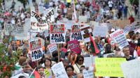 Des manifestants à Staten Island à New York protestent contre la mort d'Eric Garner, un père de famille noir décédé le mois dernier après son interpellation par la police, le 23 août 2014 [Stan Honda / AFP]