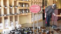 David Gadlin nettoie les débris dans son magasin dans la Napa Valley, après le tremblement de terre qui a secoué la région, le 24 août 2014  [Glen Chapman / AFP]