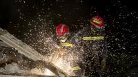 Des pompiers le 1er septembre 2014 au milieu des décombres de l'immeuble qui s'est effondré à Rosny-sous-Bois [Kenzo Tribouillard / AFP]