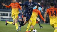 Zlatan Ibrahimovic (C) du PSG est attaqué par le milieu de terrain de Barcelone, Sergio Busquets, le 2 avril 2013 au Parc des Princes à Paris [Kenzo Tribouillard / AFP]