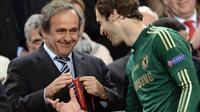 Le président de l'UEFA Michel Platini (g.) remet sa médaille de vainqueur au gardien de Chelsea Petr Cech (d.) à l'issue de la finale de l'Europa League entre Benfica et Chelsea à Amsterdam, le 15 mai 2013. [Franck Fife / AFP]