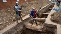 Des hommes déguisés en chevaliers posent le 12 septembre 2012 sur les lieux de la découverte d'un squelette à Leicester, qui pourrait être celui de Richard III [Gavin Fogg / AFP]