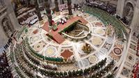 Photo fournie par le service de presse du Vatican le 28 octobre 2012 montrant le pape Benoît XVI conduisant une messe dans la basilique Saint-Pierre [ / Osservatore Romano/AFP]